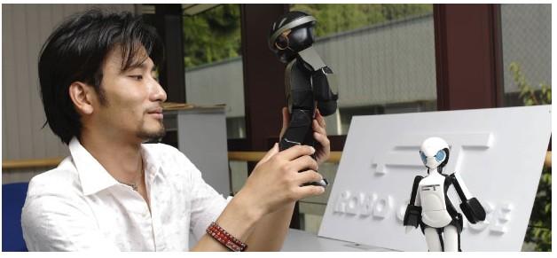 机器人设计师高桥智隆和他的机器人。